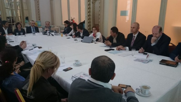 """Miercuri, 29 aprilie, reprezentanti ai Casei Romano-Chineze au participat la workshop-ul organizat de Primaria Generala a Municipiului București, partener în proiectul european de cercetare DELI (Diversitate în economie şi Integrare locală), coordonat de Consiliul Europei și co-finanțat de Comisia Europeană prin Fondul European pentru Integrare. S-au luat in discutie antreprenoriatul  dedicat problematicii integrării cetățenilor străini în viața locală. Proiectul are ca obiectiv promovarea integrarii in economia locala a afacerilor imigrantilor prin adoptarea de politici si practice de sustinere, identificarea stimulentelor posibile la nivelul cadrului legislative cat si evaluarea posibilitatilor includerii unor clause sociale si de egalitate in contractile publice. Ideea principal este ca """"Imigrantul nu este o problema pentru economia locala, ci o oportunitate"""". 20,4 milioane de cetateni din tarile de categoria a III a traiau in UE in 2013, adica 4% din populatia UE. O mare parte sunt turci, marocani, chinezi, indieni si ucraineni. IN 2014 cresterea imigrantilor a fost de 159% fata de 2013."""